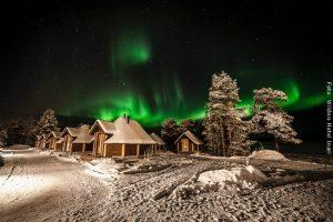 Nordlichter Hütten mit Nordlichtern im Winter im Wildnishotel Inari Lappland