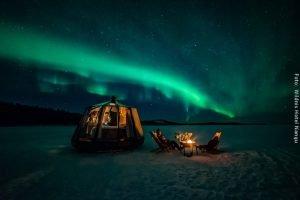 Nordlichter im Winter über Nordlichterhütte auf zugefrorenem Inarisee in Nangu Lappland
