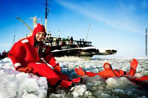 Glasiglus Finnland, Kakslauttanen, Sampo, Eisschwimmen