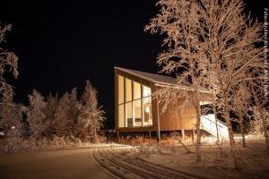 Artic Bath Spahotel Lappland - Landhütte bei Nacht