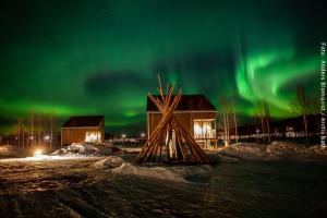 Artic Bath Spahotel Lappland - Wasserhütten mit Nordlicht