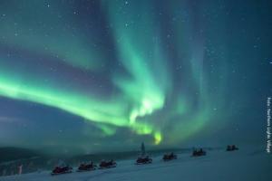 Auf Nordlichtsuche mit Schneemobil