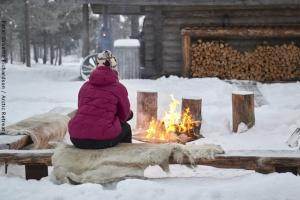 Lagerfeuer vor exklusiver Blockhütte
