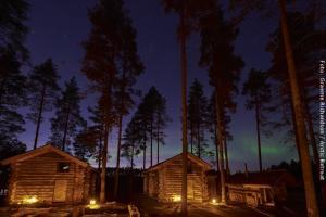 Nordlichter im lappländischen Winterdorf