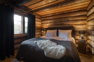 Doppelbett in Blockhütte am Fluss