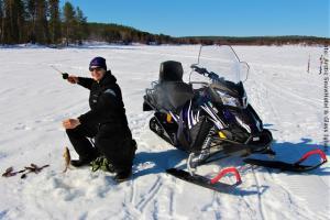 Schneehotel und Glasiglus Finnland - Eisfischen