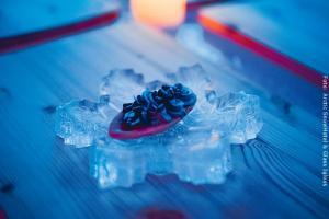 Schneehotel und Glasiglus Finnland - Eisrestaurant - Dessert auf Eisplatte