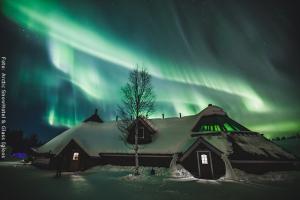 Schneehotel und Glasiglus Finnland - Kota Restaurant & Skybar mit Nordlicht