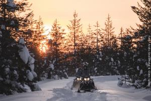 Schneehotel und Glasiglus Finnland - Schneemobil Safari