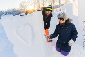 Schneehotel und Glasiglus Finnland - Schneeschnitzen