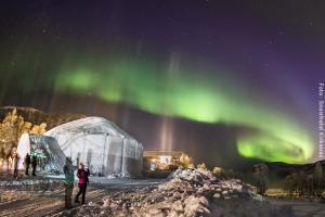 Nordlicht über Schneehotel