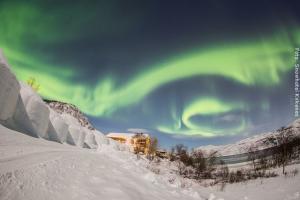 Nordlicht vor Schneehotel