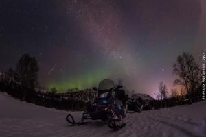 Schneemobil mit Nordlicht