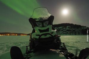 Schneemobil-mit-Nordlichtern