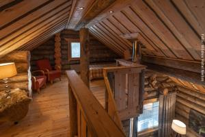 Loft der Blockhütte Peska